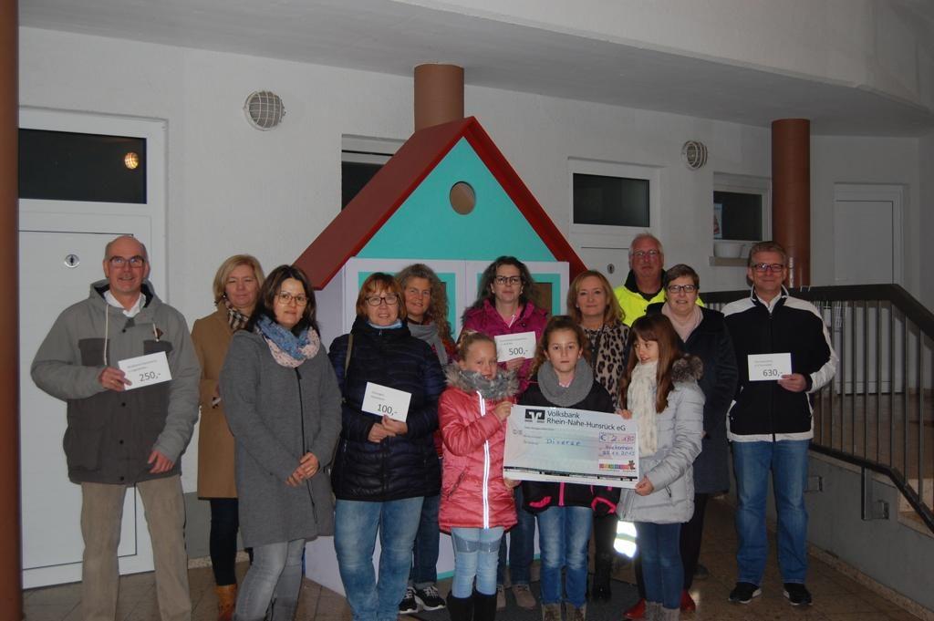 KiSaBa-Team übergibt Spenden